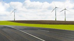 Turbinas eólicas ao lado de uma estrada Imagem de Stock