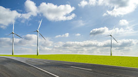 Turbinas eólicas ao lado de uma estrada Imagens de Stock