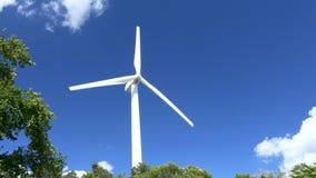 Turbinas eólicas bonitas que geram a eletricidade com fundo do céu azul em Tailândia filme
