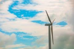 Turbinas eólicas com céu azul e nuvem, central elétrica de energias eólicas Composição de energia ecológica fotografia de stock royalty free