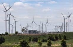 Turbinas eólicas com a subestação de alta tensão do pilão da corrente elétrica para energias eólicas renováveis Imagens de Stock
