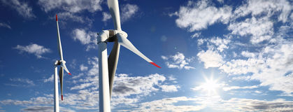 Turbinas eólicas da energia no céu com nuvens e sol Fotografia de Stock Royalty Free