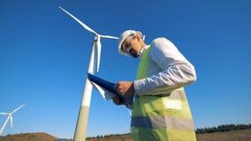Turbinas eólicas de gerencio e um especialista masculino que está perto deles Conceito limpo, eco-amigável da energia filme