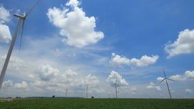 Turbinas eólicas de Timelapse que geram a eletricidade. vídeos de arquivo