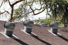 Turbinas eólicas do respiradouro de ar no telhado para a ventilação imagens de stock royalty free