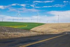 Turbinas eólicas e campos de trigo em Oregon oriental imagem de stock