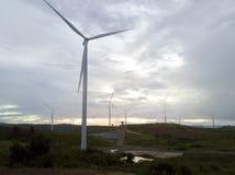 Turbinas eólicas e névoa da vista aérea para gerar a eletricidade em 3Sudeste Asiático imagens de stock royalty free