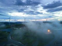 Turbinas eólicas e névoa da vista aérea para gerar a eletricidade em 3Sudeste Asiático imagem de stock