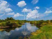 Turbinas eólicas em uma exploração agrícola de vento para a geração de eletricidade verde Foto de Stock Royalty Free