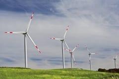 Turbinas eólicas em uma exploração agrícola de vento em um monte imagens de stock