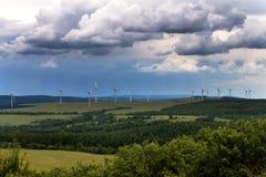 Turbinas eólicas em uma planta de energias eólicas para a produção de energia renovável em República Checa Imagem de Stock