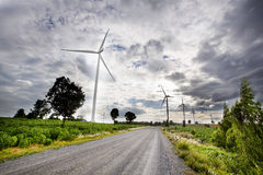 Turbinas eólicas, energia pura, moinhos de vento nos campos imagem de stock
