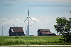 Turbinas eólicas entre construções velhas Foto de Stock