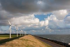 Turbinas eólicas holandesas e um cloudscape Imagens de Stock Royalty Free