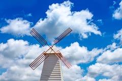 Turbinas eólicas home e céu azul brilhante fotos de stock royalty free