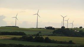 Turbinas eólicas na exploração agrícola do moinho de vento video estoque