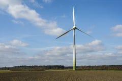 Turbinas eólicas na paisagem contra o céu azul Imagem de Stock Royalty Free