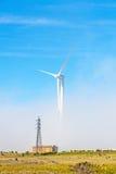 Turbinas eólicas na paisagem verde natural - céu azul fotografia de stock royalty free