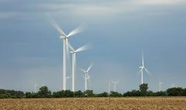 Turbinas eólicas nas planícies de Oklahoma foto de stock