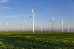 Turbinas eólicas no campo verde imagens de stock