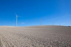 Turbinas eólicas no horizonte do campo do inverno foto de stock
