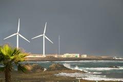 Turbinas eólicas no litoral imagens de stock