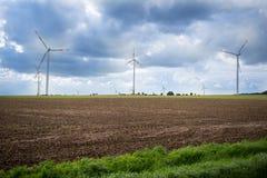Turbinas eólicas para gerar a eletricidade em um campo na natureza fotografia de stock