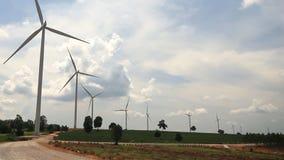 Turbinas eólicas que geram a eletricidade vídeos de arquivo
