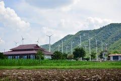 Turbinas eólicas que geram a eletricidade com céu azul fotos de stock