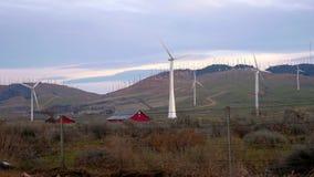 Turbinas eólicas que giram no por do sol no Mohave Califórnia filme