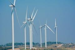 Turbinas eólicas sob o céu azul As turbinas eólicas que geram elegem Imagem de Stock