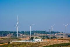 Turbinas eólicas sob o céu azul As turbinas eólicas que geram elegem Fotos de Stock