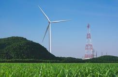 Turbinas eólicas sob o céu azul As turbinas eólicas que geram elegem Imagens de Stock Royalty Free