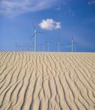 Turbinas eólicas sobre dunas de areia Fotos de Stock Royalty Free