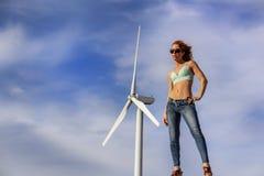 Turbinas e?licas 'sexy' de Posing Outdoors With do modelo do ruivo no fundo imagens de stock royalty free