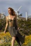 Turbinas e?licas 'sexy' de Posing Outdoors With do modelo do ruivo no fundo imagem de stock royalty free