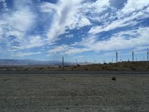 Turbinas para la producción de la energía eléctrica, California de los molinoes de viento Simple de energía limpia Foto de archivo