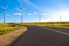 Turbinas respetuosas del medio ambiente de la energía eólica de la producción de energía Imagen de archivo libre de regalías