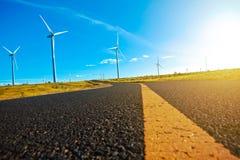 Turbinas respetuosas del medio ambiente de la energía eólica de la producción de energía Imagen de archivo