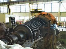 Turbine à vapeur démontée en cours de réparation de générateur à la centrale photographie stock