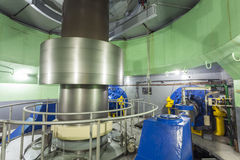 Turbine dans l'usine d'énergie hydroélectrique images libres de droits