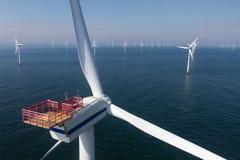Turbine dans le champ d'éoliennes en mer Photos libres de droits