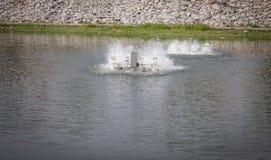 Turbine de l'eau dans l'eau de l'oxygène d'étang Images libres de droits