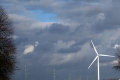 Turbine de moulin à vent créant l'énergie verte éolienne Photos stock