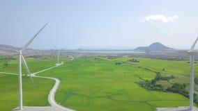 Turbine de moulin à vent sur la puissance d'usine dans le domaine agricole Ferme génératrice de puissance de vent de vue aérienne banque de vidéos