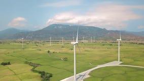 Turbine de moulin à vent sur la station d'énergie éolienne Conservation naturelle alternative de source et d'écologie Paysage aér banque de vidéos