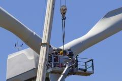 Turbine de vent étant réparée images stock