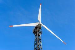 Turbine de vent au-dessus de fond de ciel bleu photographie stock