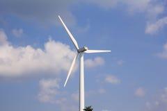 Turbine de vent avec le ciel bleu, énergie renouvelable Image stock
