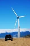 Turbine de vent avec une camionnette de livraison noire Photographie stock libre de droits